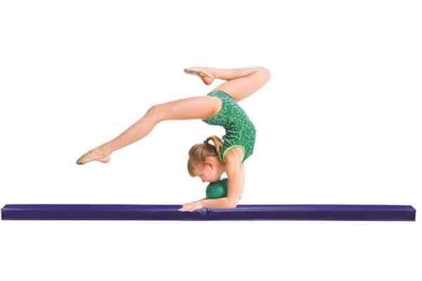 akrobatyka dla dzieci, dziecko na macie, pabianice zajęcia dla dzieci