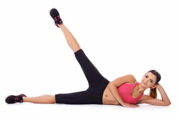 kobieta ćwiczy na macie klub fitness pabianice