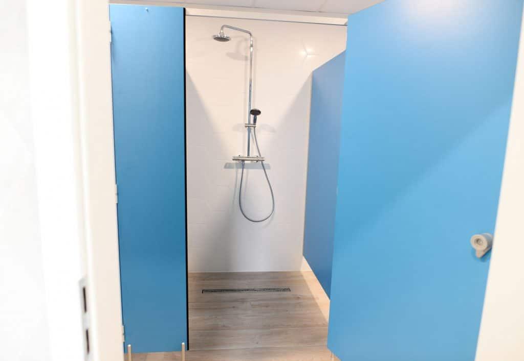 zamykany prysznic w szkole tańca