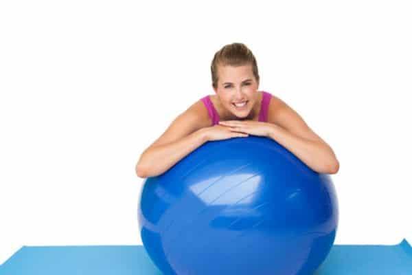 trening na piłkach kobieta klub fitness pabianice