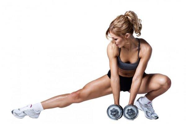 trening z ciężarkami kobieta klub fitness