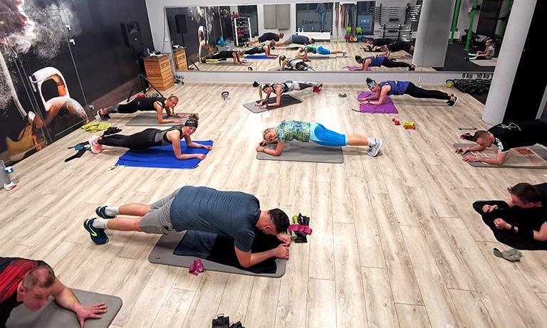 Jakie ćwiczenia wykonywać na płaski brzuch?